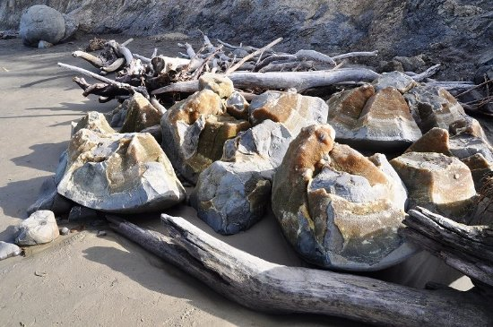 Moeraki Boulders : なぜか球形が壊れた岩もあった