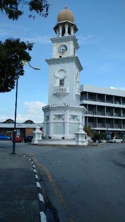 Jubilee Clock Tower : Menara Jam diambil dari sisi Benteng Cornwallis