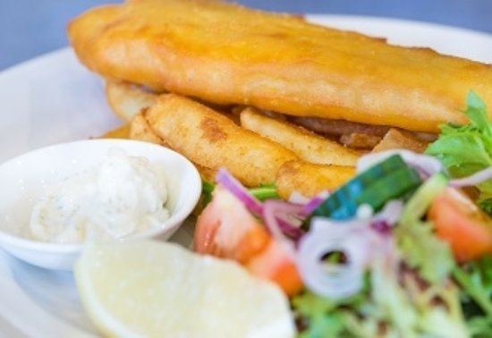 Wentworth Falls, Австралия: One of our $10 Members Meals | Battered Fish with chips & salad or vegies
