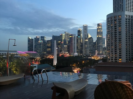 Naumi Hotel: View of Singapore from the pool at sunset