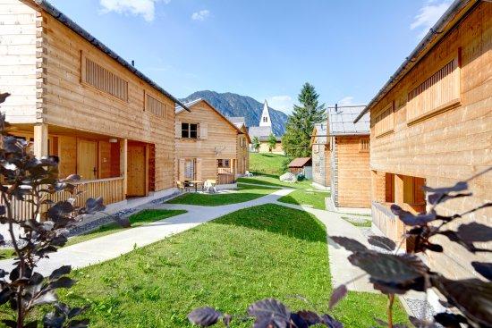 Brand, Österreich: CASALPIN Chalets Im Sommer mit Blick auf die Kirche