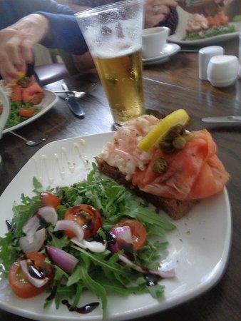 Dunfanaghy, Ireland: toast avec crevettes-crème, saumon fumé et salade (plat principal)