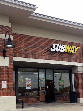 Algonquin, IL: front of & entrance to Subway