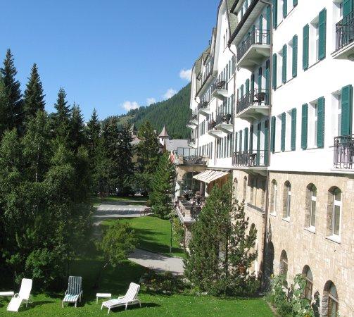 Cresta Palace Hotel: Ein Garten trennt das Hotel von der Strasse