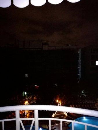 Mercure Pattaya Hotel: noisy work near pool