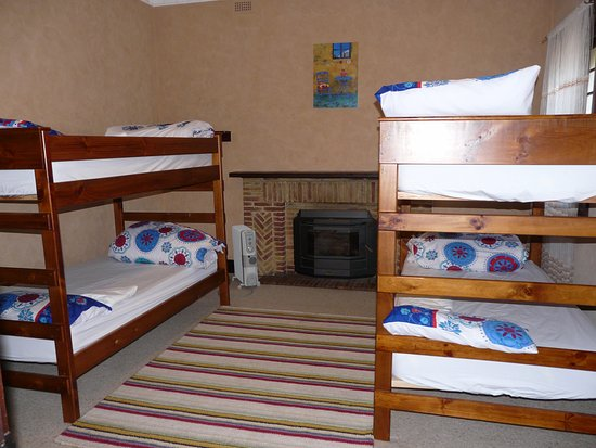 Penola, Australia: Spacious 4 King single wooden bunks with quality linen and towels. block out blinds, ceiling fan