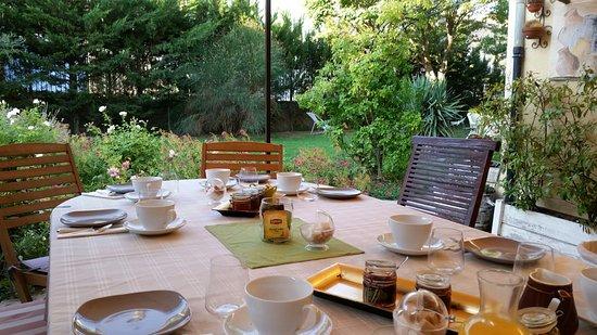 Boutenac, Frankrike: Frühstück im Garten