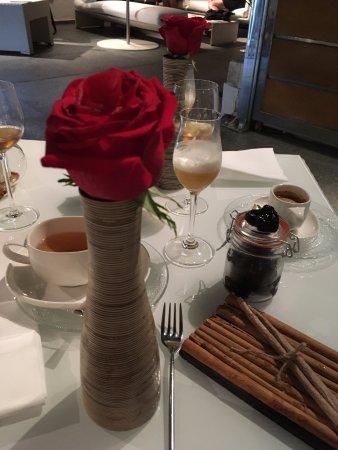 Come Post Dessert Una Rosa Rossa Dal Cuore Edibile Una Meraviglia
