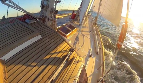 Lusby, Мэриленд: On the wind with sun on deck.