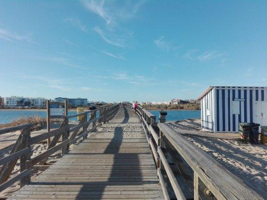 Isla Cristina, Španielsko: Puente de acceso a Punta del Caiman.