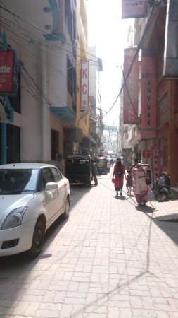 Hotel Hong Kong Inn: Narrow Lane of Hotel entrance!!!