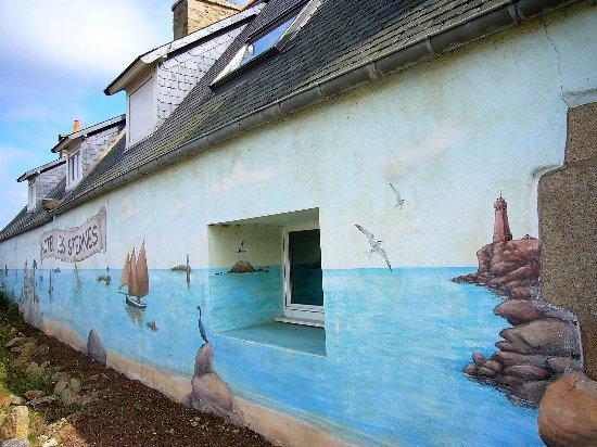 Hôtel Les Sternes : Jolie façade peinte de l'hôtel