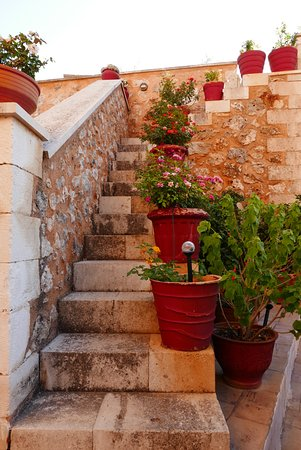 Samonas Traditional Villas: stairs up to the terrace
