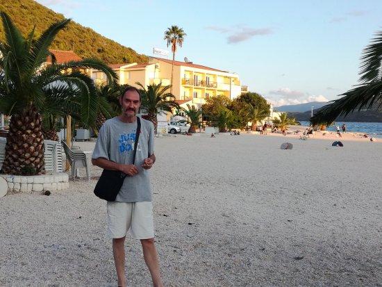 Klek, Κροατία: Вид с пляжа на отель Plaža.