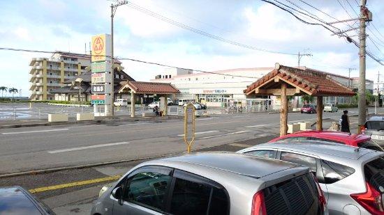 Resort In Rasso Ishigaki: 目の前は、離島からも買い出しに来るサンエー