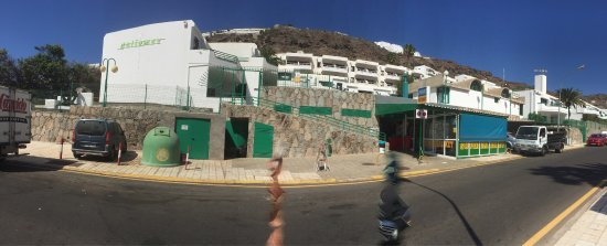 Heliomar Apartments: Hotel grounds ' and shop 'steps down to shopping Centre 'and bus station down the hill