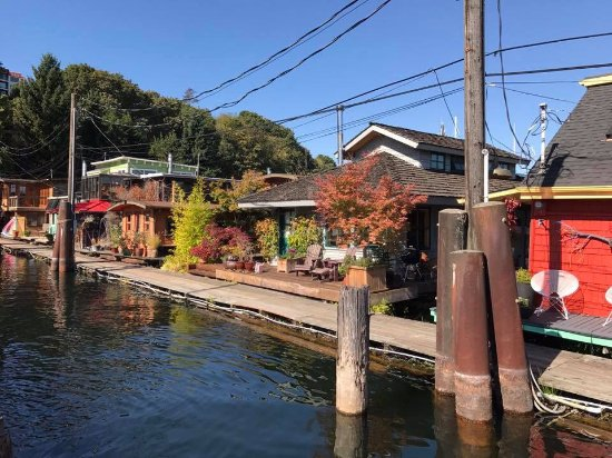 Totally Seattle Tours : On our way to the Sleepless in Seattle houseboat