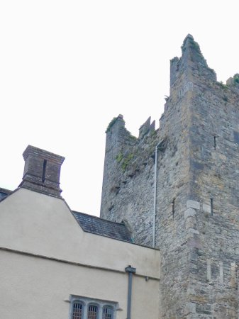 Carrick-on-Suir, Irlanda: The new tudor hose attached to the old tower.