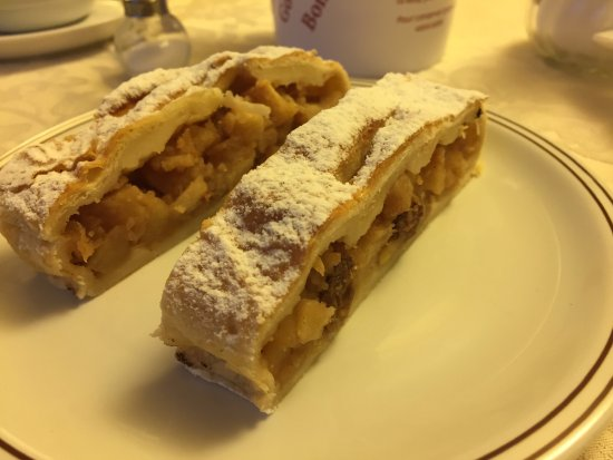 Hotel Regina A.: Strudel for breakfast.