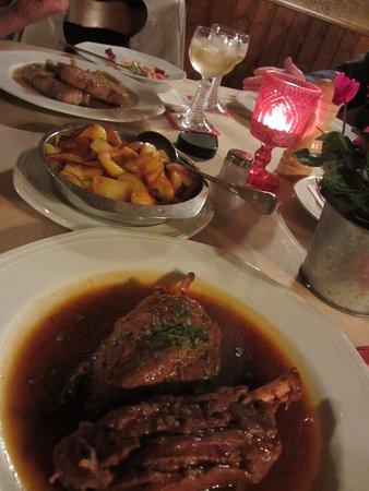 Bad Honnef, Almanya: Blick auf unseren Tisch (incl. Bratkartoffeln)