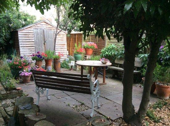 Artists Villa: Patio in garden