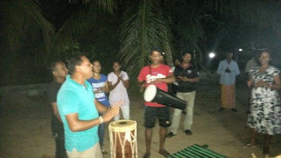 Kahandamodara, Sri Lanka: Abschied mit Musik, Gesang und Tanz