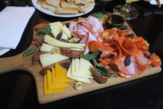 planche charcuterie fromage picture of o calhau funchal tripadvisor. Black Bedroom Furniture Sets. Home Design Ideas