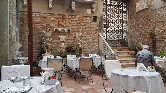 Hotel Al Ponte Mocenigo: The outdoor breakfast yard.