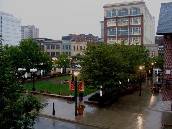 Huntington, فرجينيا الغربية: Pullman Square rainy evening