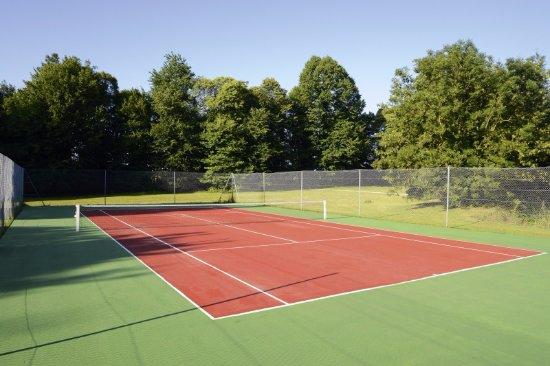 Châteauform' Le château de Faverges De la Tour terrain de tennis