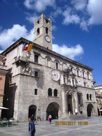 Piazza del Popolo: Facciata del Palazzo dei capitani del popolo.