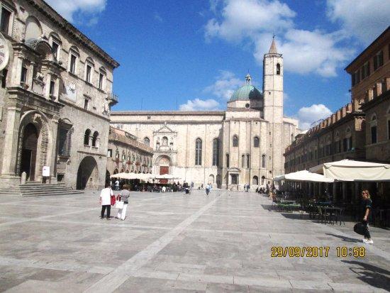 Piazza del Popolo: Palazzo dei capitani del popolo e fiancata della chiesa di S.Francesco