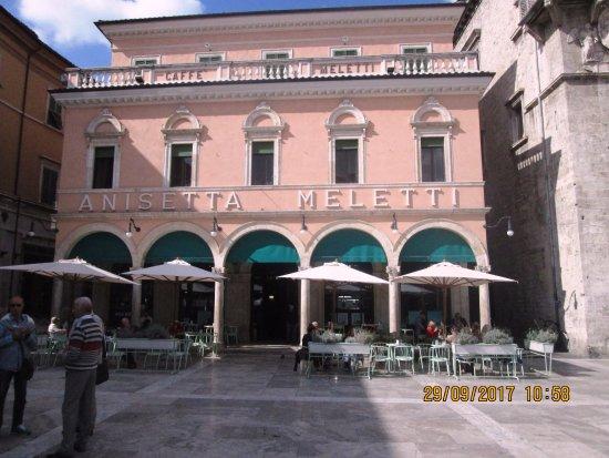 Piazza del Popolo: Il bellissimo Caffe' storico Meletti.