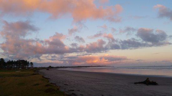 Westport, Yeni Zelanda: beach area across the road on sunrise