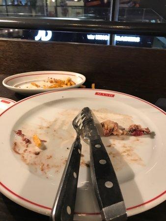 Kastrup, Danimarka: Spiste min kedelige bøf og intørrede chili fries.  Det var ren afspisning