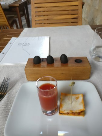 Giaxa: Gazpacho with olives and vege pie