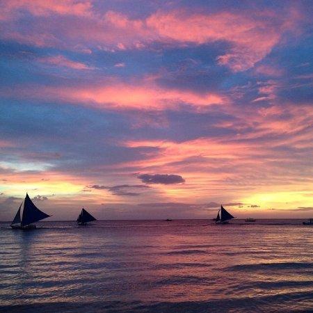 7Stones Boracay Suites: Длинный пляж, вечером он прекрасен, гуляющих из разных стран мира много