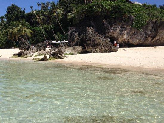 7Stones Boracay Suites: Пляжи на Боракае общие, но выносят поотдать свои лежаки, вечером - убирают, так как это зона про