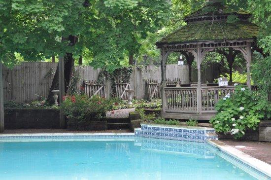 Wayne Bed & Breakfast Inn: Pool & Gazebo