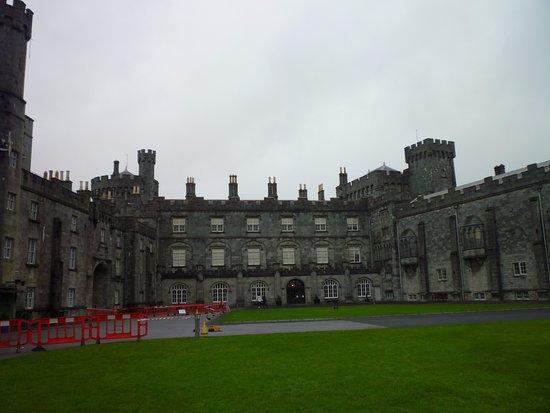 Slieverue, Irlandia: Das Schloss Kilkenny ist nur wenige km vom Diamond Hill entfernt und definitiv einen Besuch wert