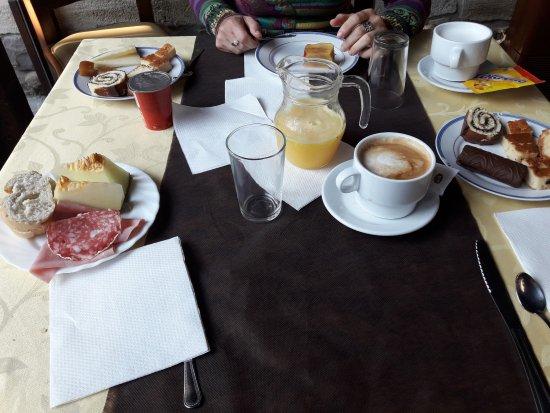 Cabuerniga, Spain: Desayuno casero. Pastelería hecha por el propio cocinero