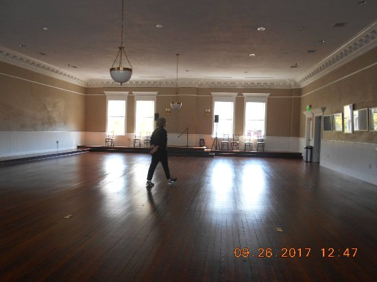 Clifton Forge, VA: The top floor wa the Masonic Lodge room. The raised platform along the walls are still there.
