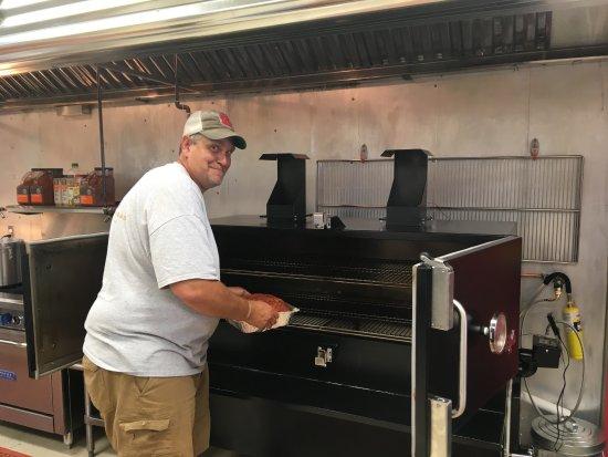 Rocky Mount, Βιρτζίνια: Loading up the Myron Mixon Smoker!