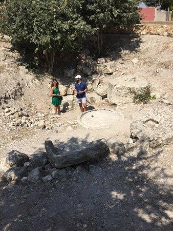 Qana, Lebanon: Reste de jarres du  premier miracle de Jésus aux noces de Cana  Le tombeau de Hiram la reine de