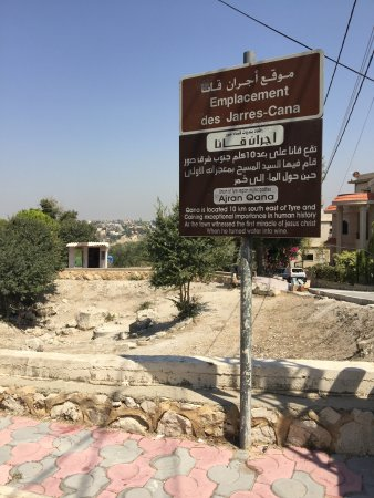 بلدة قانا, لبنان: Reste de jarres du  premier miracle de Jésus aux noces de Cana  Le tombeau de Hiram la reine de 