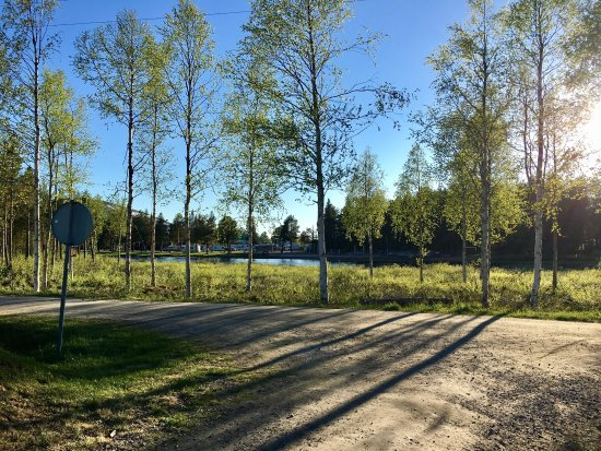 Gallivare, Schweden: Gällivare Camping and a playground is at the other side of the river.