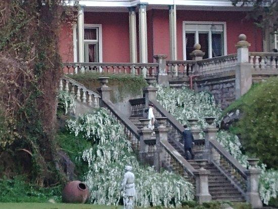 Recién casado subiendo a la casa desde el parque