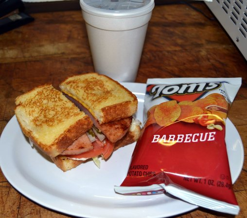 Annville, เคนตั๊กกี้: Fried Bologna sandwich and bbq chips