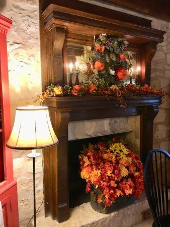 Chuckwagon Inn Bed & Breakfast: Beautiful fall decorations