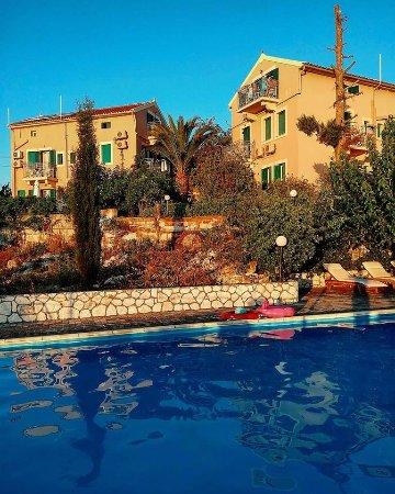 Dafnoudi Hotel: Vista de los edificios desde la piscina.